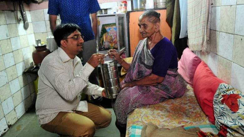 Πώς ένας γιατρός στη Βομβάη ταΐζει καθημερινά 500 ηλικιωμένους συμπολίτες του