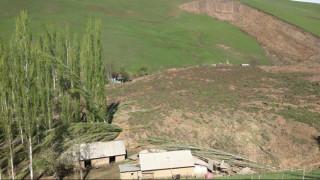 Κιργιστάν: Κατολίσθηση έθαψε ολόκληρο χωριό - Δεκάδες νεκροί (pics)