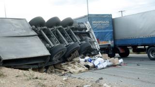 Λάρισα: Ανετράπη νταλίκα στην Εθνική Οδό - κλειστό το ρεύμα προς Αθήνα (pics)