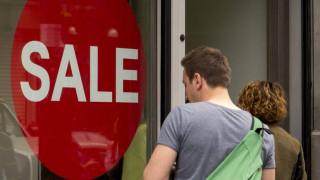 Ενδιάμεσες εκπτώσεις: Πότε ξεκινούν και ποιες Κυριακές θα λειτουργήσουν τα καταστήματα