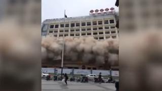 Κίνα: 12οροφο κτίριο κατεδαφίστηκε χωρίς να έχουν ενημερωθεί οι πολίτες (vid)