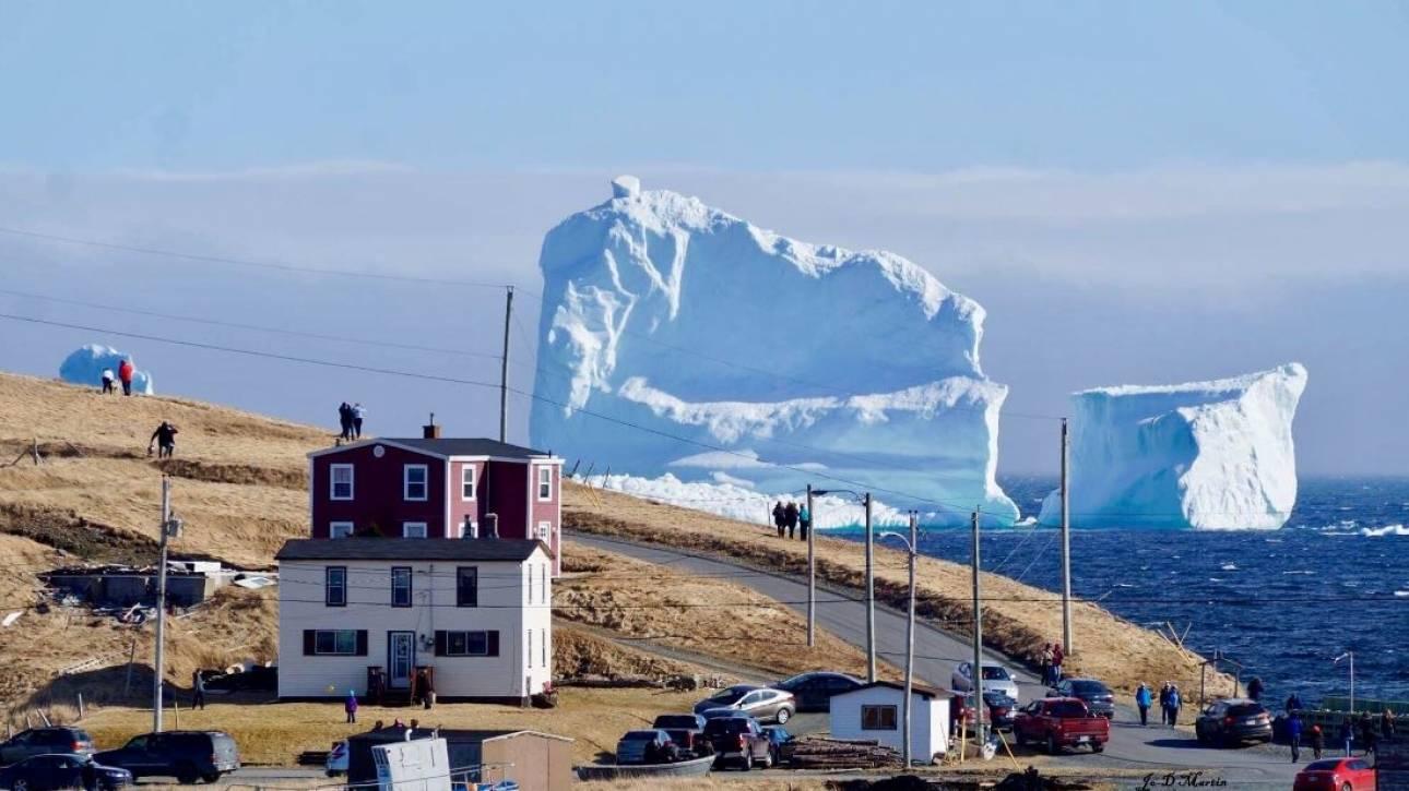 Ένα παγόβουνο στον Καναδά «εξιτάρει» τους τουρίστες (pics)