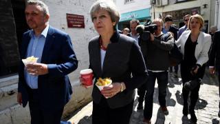 Βρετανία: Μειωμένο αλλά άνετο προβάδισμα για τους Συντηρητικούς της Μέι