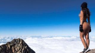 Ύβρις & ασέβεια: Playmate εξοργίζει με γυμνό selfie της σε Ιερό Βουνό