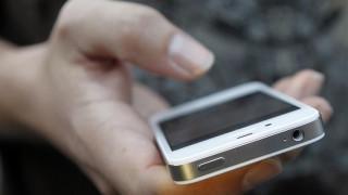 Τα παιδιά έως δύο ετών που παίζουν με κινητά και tablets, αρχίζουν να μιλάνε με καθυστέρηση
