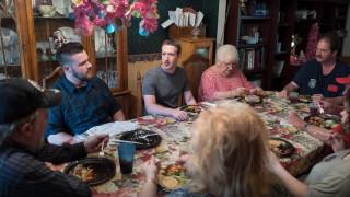 Και ξαφνικά... είδαν τον Μαρκ Ζούκερμπεργκ στο τραπέζι τους!