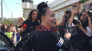 Αποφυλάκιση Άκη Τσοχατζόπουλου: Έφτασε χαμογελαστή η Βίκυ Σταμάτη