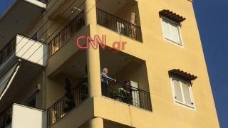 Ο Άκης Τσοχατζόπουλος στο μπαλκόνι του σπιτιού του μαζί με τον γιο του (pics)