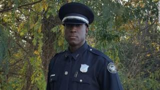 Τι έγινε όταν ένας αστυνομικός έπιασε ένα κοριτσάκι να κλέβει παπούτσια
