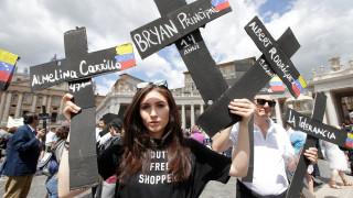 Σταυρό με τα ονόματα των νεκρών κουβαλούν οι διαδηλωτές στη Βενεζουέλα (pics)