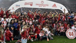 Super League: Ο Ολυμπιακός στέφθηκε πρωταθλητής της σεζόν 2016-17 (vid)