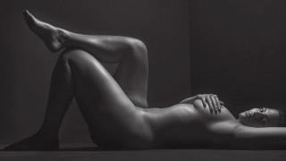 Ashley Graham: Γυμνή & τολμηρή ορίζει την κυτταρίτιδα ως δύναμη της