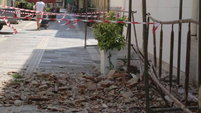 Ηράκλειο: Κατέρρευσε ιστορικό κτίριο μπροστά σε έκπληκτους τουρίστες (pics)