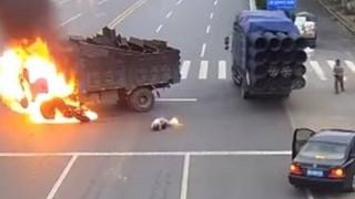 Μηχανή «καρφώθηκε» σε φορτηγό και ο μοτοσικλετιστής «τυλίχθηκε» στις φλόγες (vid)