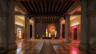 Mπιενάλε Βενετίας: Ένα σκάφος μπάζει νερά στο Fondazione Prada