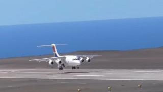 Το πρώτο επιβατικό αεροπλάνο προσγειώθηκε στο «πιο άχρηστο αεροδρόμιο στον κόσμο» (pics+vid)