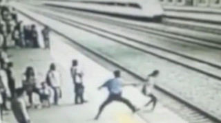 Έσωσε φοιτήτρια που ήθελε να αυτοκτονήσει πηδώντας στις ράγες (Vid)
