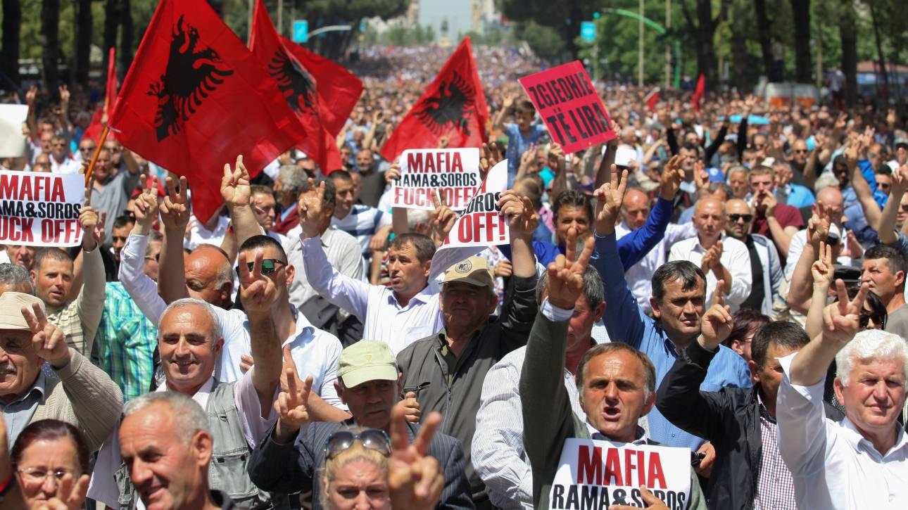 Αλβανία: Ειρηνική συγκέντρωση διαμαρτυρίας κατά της κυβέρνησης Ράμα (pics)
