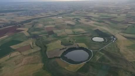 Οι «δίδυμες» λίμνες Ζερέλια που ήρθαν από το... διάστημα (Vid)