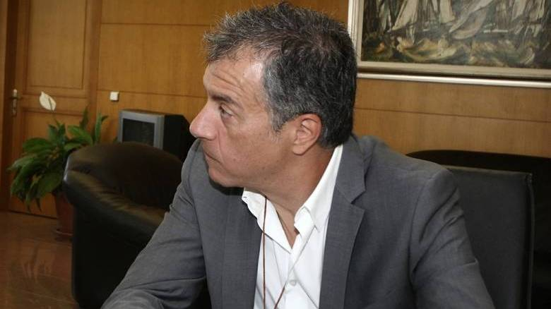 Θεοδωράκης: Ο κ. Τσίπρας τη μια μέρα σκίζει μνημόνια, την άλλη τα υπογράφει