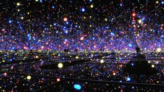 Στο ψυχεδελικό, πουά σύμπαν της Γιαγιόι Κουσάμα