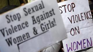 Ινδία: Βίασαν νεαρή κοπέλα και της συνέθλιψαν το κρανίο με τούβλα