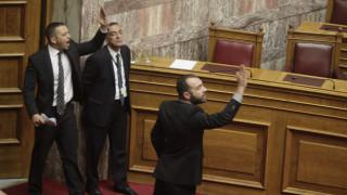 Το χρονικό της επίθεσης Κασιδιάρη στον Δένδια στη Βουλή (vids)