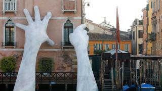 Μπιενάλε Βενετίας: Ένα γιγάντιο χέρι υποβαστάζει την επιπλέουσα πόλη