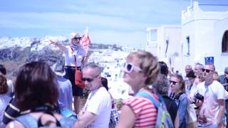 Γιατί γέμισε με τουρίστες από τον Μάιο η Σαντορίνη
