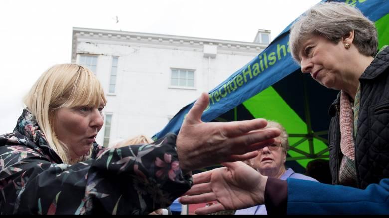 Η Τερέζα Μέι τα.. άκουσε από δυσαρεστημένη ψηφοφόρο