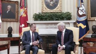 Ο Τραμπ υπεραμύνεται της απόφασής του να «μοιραστεί» κρατικά μυστικά με τον Λαβρόφ