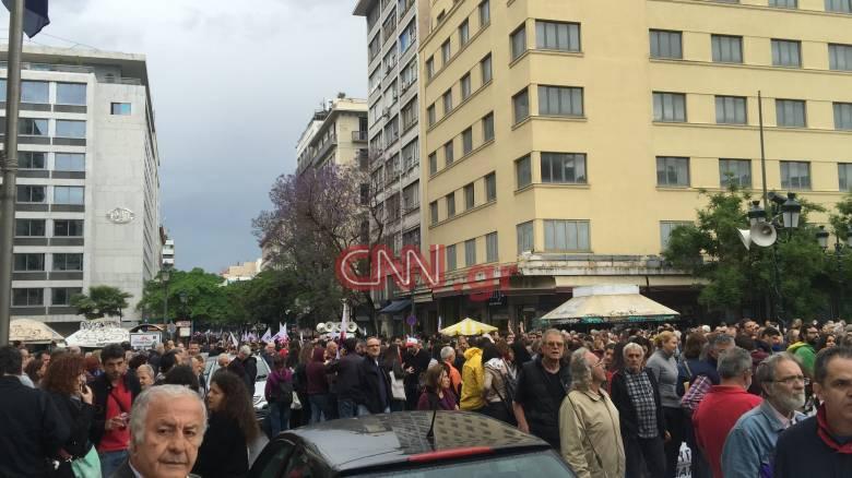 Πορεία του ΠΑΜΕ στο κέντρο της Αθήνας κατά των νέων μέτρων (pics&vid)