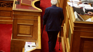 Βουλευτής ανέβηκε με πατερίτσες στο βήμα της βουλής (pics)
