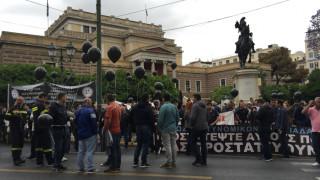 Κρατώντας μαύρα μπαλόνια οι ένστολοι διαμαρτύρονται στο κέντρο (pics&vid)