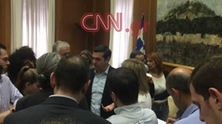 Η ατάκα του Τσίπρα που άναψε φωτιές για το χρέος: «Ίσως αναγκαστώ να φορέσω γραβάτα»