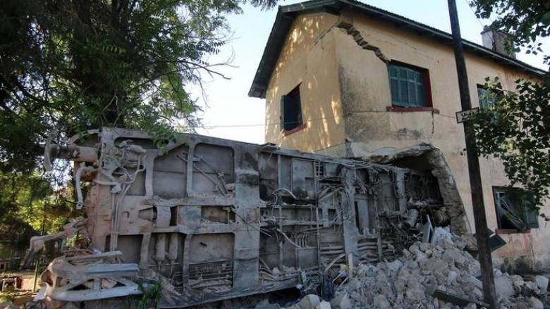 Εκτροχιασμός αμαξοστοιχίας: Κατεδαφίστηκε ο πάνω όροφος του κτιρίου (pics)