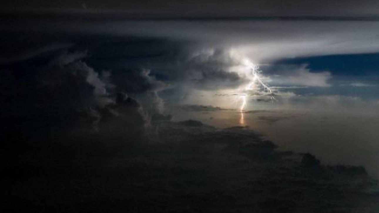 Πιλότος φωτογραφίζει αστραπές και καταιγίδες από το πιλοτήριο (vid)