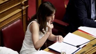 Με σημειώσεις και laptop στα έδρανα της Βουλής η Έφη Αχτσιόγλου (pics)