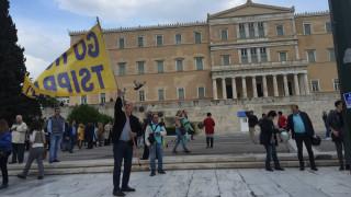 Έκαψαν σημαίες του ΣΥΡΙΖΑ και γραβάτες έξω από τη Βουλή (pics)