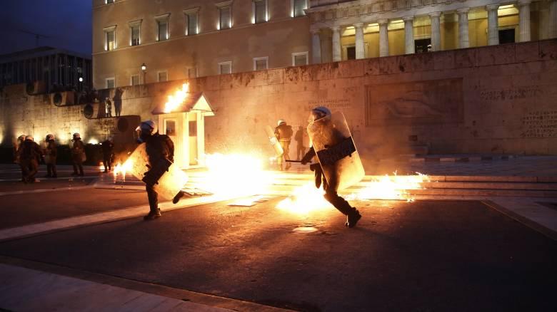 Επεισόδια με μολότοφ στην πλατεία Συντάγματος (pics&vid)