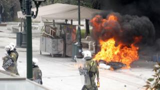 Επεισόδια στη Θεσσαλονίκη: Χτύπησαν άνδρα της Τροχαίας και του έκαψαν τη μηχανή (vid)