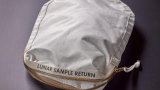 Στο «σφυρί» η τσάντα από το Apollo 11 που μετέφερε τα πρώτα δείγματα από τη Σελήνη