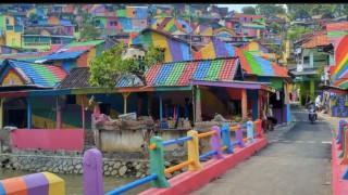 Το πολύχρωμο χωριό της Ινδονησίας που συρρέουν πλήθος επισκεπτών (pic)