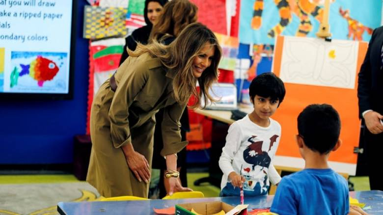 Η Μελάνια Τραμπ παίζει με παιδιά σε σχολείο στο Ριάντ (pics)