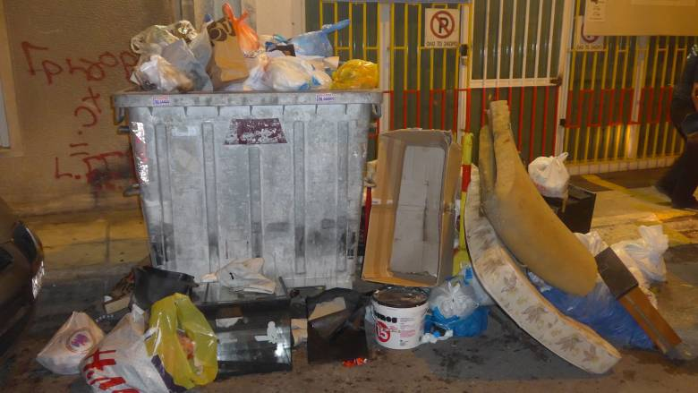 «Βουνά» τα σκουπίδια στην Πάτρα (pics)