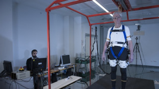 Φορετός ρομποτικός εξωσκελετός βοηθά τους ηλικιωμένους να ξαναβρούν την ισορροπία τους (Vid)
