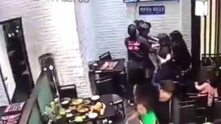 Κλώτσησε κοριτσάκι γιατί της χαλούσε το ρομαντικό δείπνο (Vid)