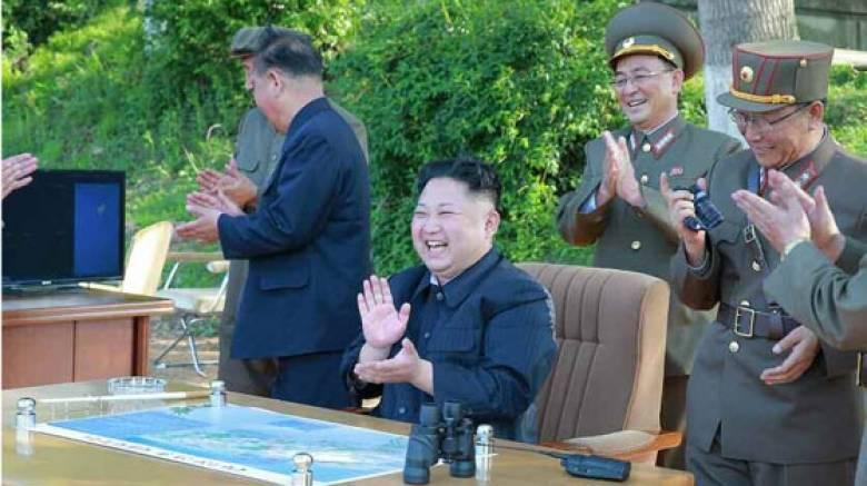 Πανευτυχής ο Κιμ Γιονγκ Ουν για τη νέα πυραυλική δοκιμή (pics)