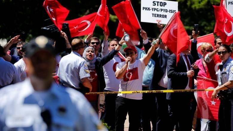 Η Άγκυρα ζητά εξηγήσεις για τα επεισόδια με τους σωματοφύλακες του Ερντογάν