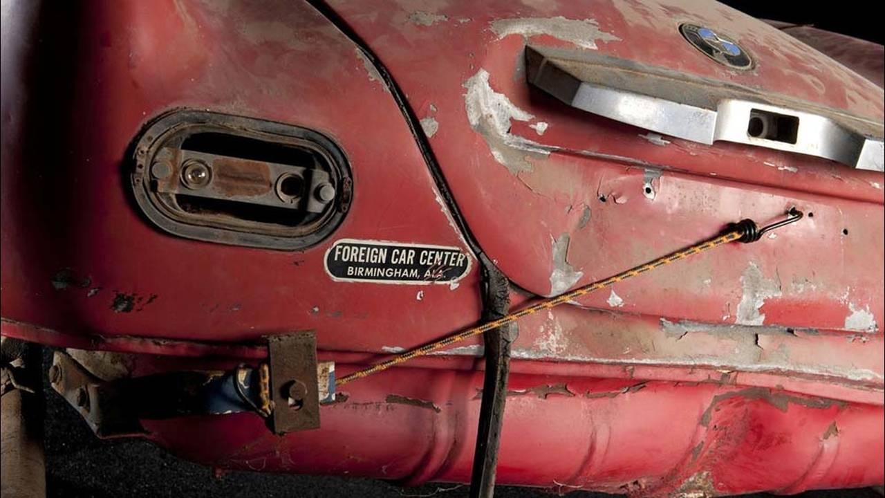 https://cdn.cnngreece.gr/media/news/2017/05/23/81844/photos/snapshot/1957-bmw-507-roadster-elvis-presley-18.jpg